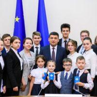 Засідання уряду з групою дітей