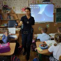 Шкільний офіцер поліції вчить захищати свої права.